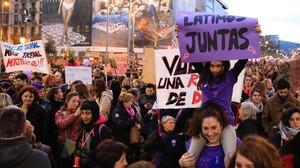 Imagen de la masiva protesta feminista del 8Men Barcelona.