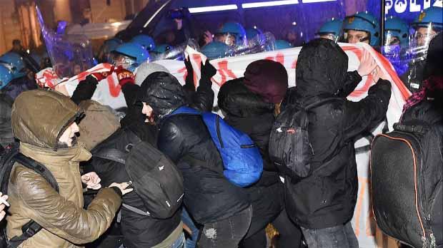 Los agentes tuvieron que utilizar cañones de agua y gases lacrimógenos para frenarles.