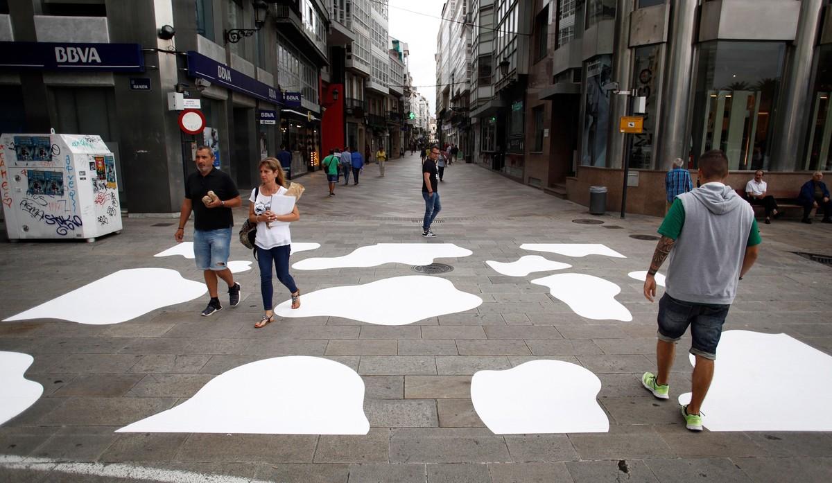 Una acción reivindicativa cambia un paso de peatones por el primer paso de vaca de A Coruña, con el objetivo de sensibilizar sobre la figura de este animal.