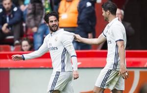 Isco y Morata celebran uno de los goles en El Molinón ante el Sporting.