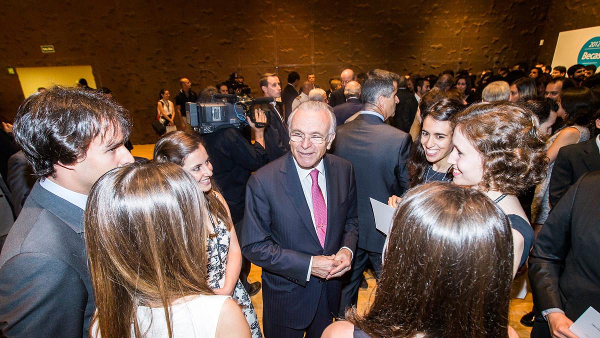 Isidro Fainé charla con algunos becarios en CaixaForum Madrid.