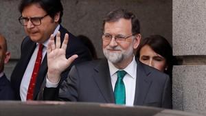 Mariano Rajoy saluda a la prensa cuando se va a almorzar tras la sesión de la mañana en el Congreso.