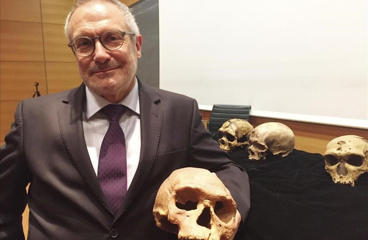 Jean-Jacques Hublin, con algunos de los cráneos hallados.