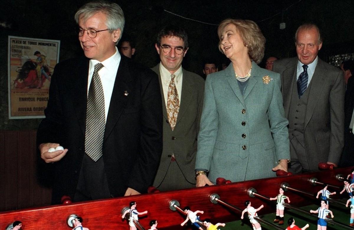 Joan Clos, Joan Ollé, Sofía y Juan Carlos, junto a un futbolín en la exposición sobre los 75 años de la SER, en noviembre de 1999.