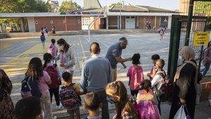 Profesores tomando la temperatura a los alumnos, este lunes en la escuela de Veinat de Salt.
