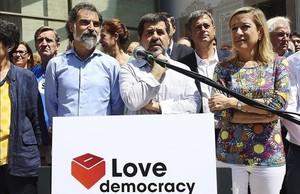 El presidente de Òmnium, Jordi Cuixart, el presidente de la ANC, Jordi Sànchez, y la presidenta de la AMI, Neus Lloveras.