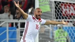 El jugador marroquí, Amrabat, se queja tras el gol de Iago Aspas concecido por el VAR