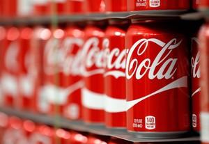 Latas almacenadas en instalaciones de Coca-Cola.