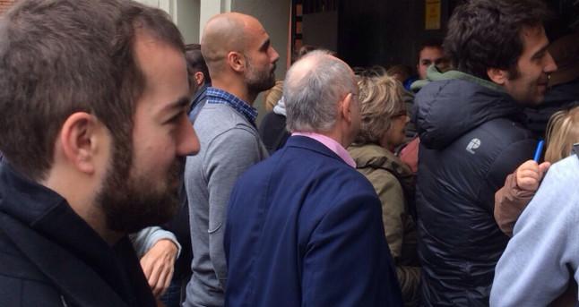 Lentrenador del Bayern, Pep Guardiola, fa cua per votar al CIC de Via Augusta, a Barcelona.