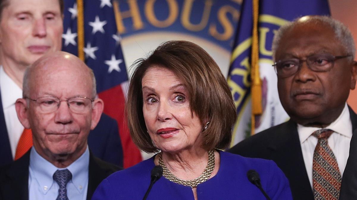 La líder de los Demócratas en la Cámara de Representantes, Nancy Pelosi, junto a otros diputados del partido, el pasado 22 de mayo.