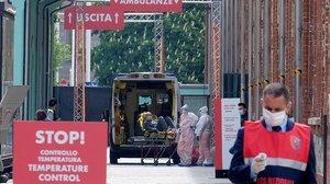 Llegada de ambulancias a un hospital de campaña en Turín.