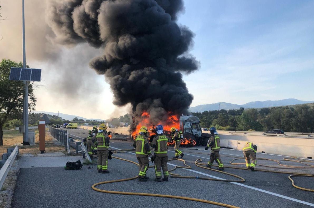Los Bomberos sofocan las llamas del camión incendiado en la AP-7.