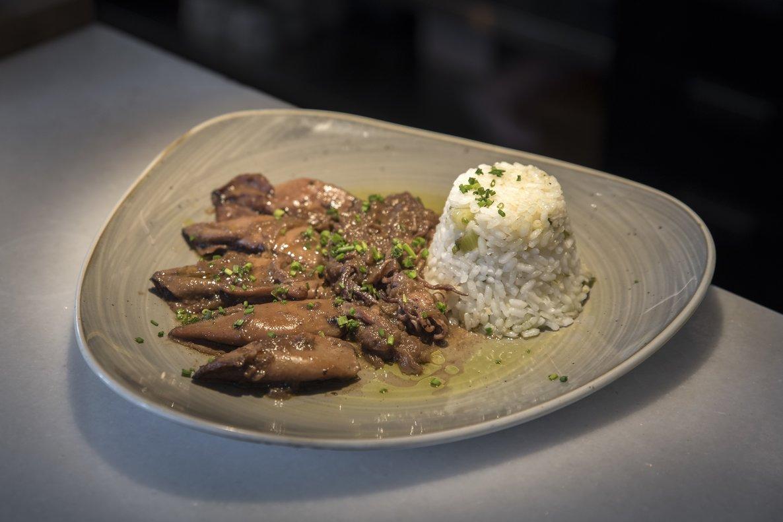 Los calamares encebollados con comino de Isidro Marqués, chef de Café San Telmo.
