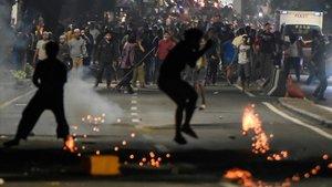 Los manifestantes se enfrentan a la policía en las protestas contra la reelección del presidente, este miércoles en Yakarta.