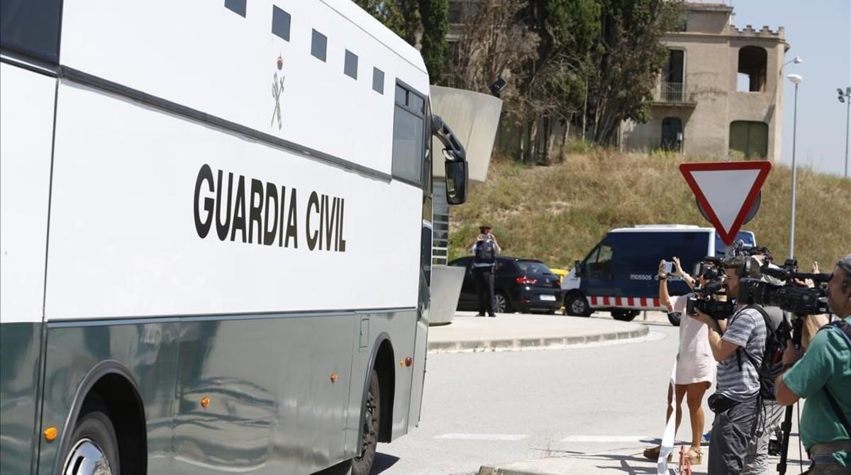 Los políticos catalanes presos, a su llegada a la cárcel de Brians 2.