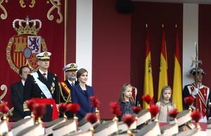 Los reyes Felipe y Letizia, junto a sus hijas Sofía y Leonor, presiden el desfile del Día de la Hispanidad.
