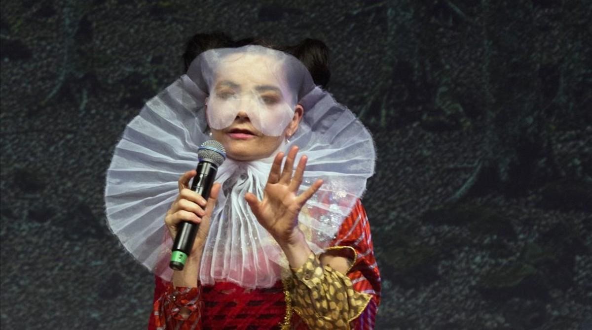 Björk, una artista poco de fiar, ya que viste más raro que la Virgen del Rocío.