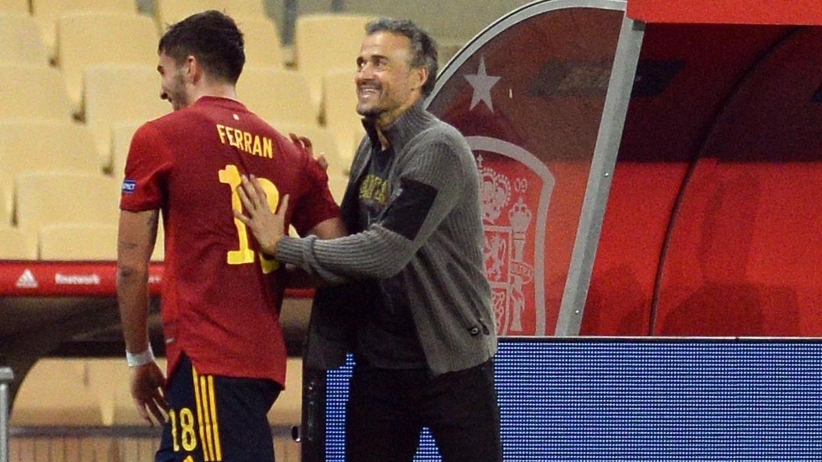 Luis Enrique felicita a Ferran Torres por su 'hat trick' ante el Alemania