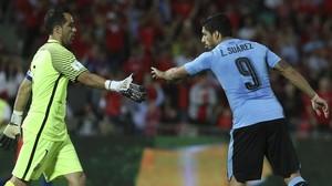 Luis Suárez felicita a Claudio Bravo después de que el meta le haya parado un penalti en el Chile-Uruguay.