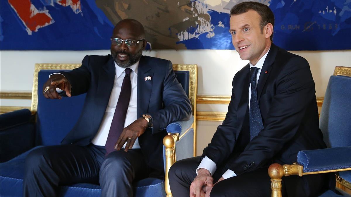 Macron (derecha) se reúne con el flamante presidente de Liberia, George Weah, en el Elíseo, en París, el 21 de febrero.