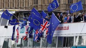 Manifestantes 'antibrexit' con banderas de la UE en un trayecto por el Támesis, en Londres, el 19 de agosto.