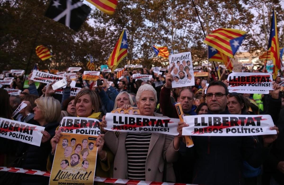 Manifestantes con carteles de Llibertat presos politics!
