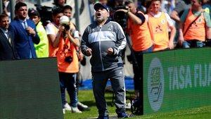 Maradona celebra el gol de su equipo en su debut con Gimnasia.