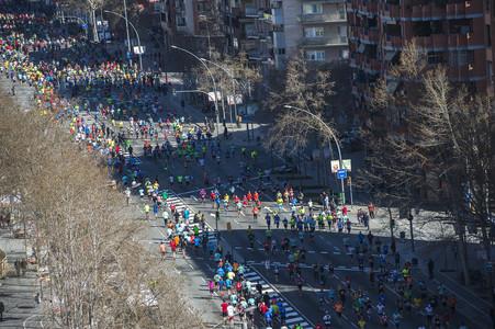 Los corredores, en la Meridiana en el km 18 del maratón de Barcelona.