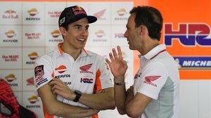 Marc Márquez (Honda) y Alberto Puig dialogan, en Sepang (Malasia), en el test invernal de este año.