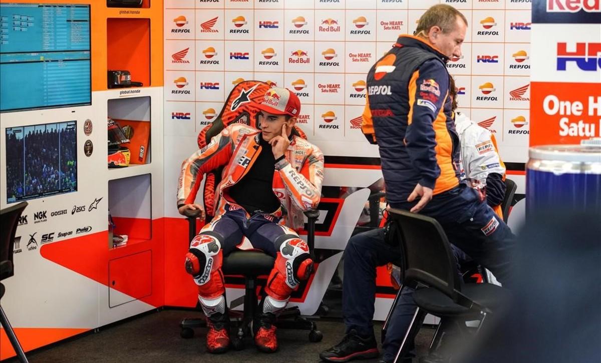 Marc Márquez (Honda) pasa el rato en su box, en Silverstone, esperando si se disputa o no el GP.