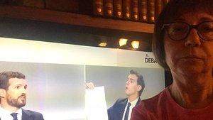 Mari Carmen, la tuitera de Comrpomís, ante su televisor viendo el debate electoral