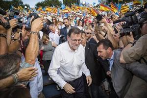 Mariano Rajoy, rodeado de cámaras, en uno de sus actos de cierre de campaña, en València. A la derecha, Albert Rivera, exultante, en el mitin que dio ayer en Madrid.