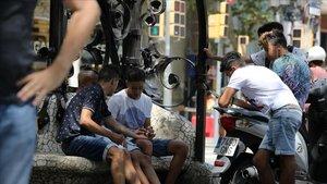 Menas o niños inmigrantes sin hogar por el centro de Barcelona.