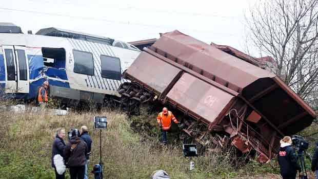 Un tren de pasajeros choca con otro de mercancías que estaba parado en la vía.