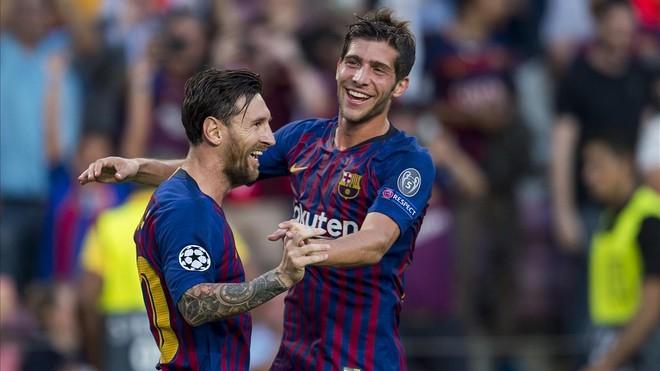 Messi, felicitado por Sergi Roberto después de marcar el primer gol del Barça ante el PSV.