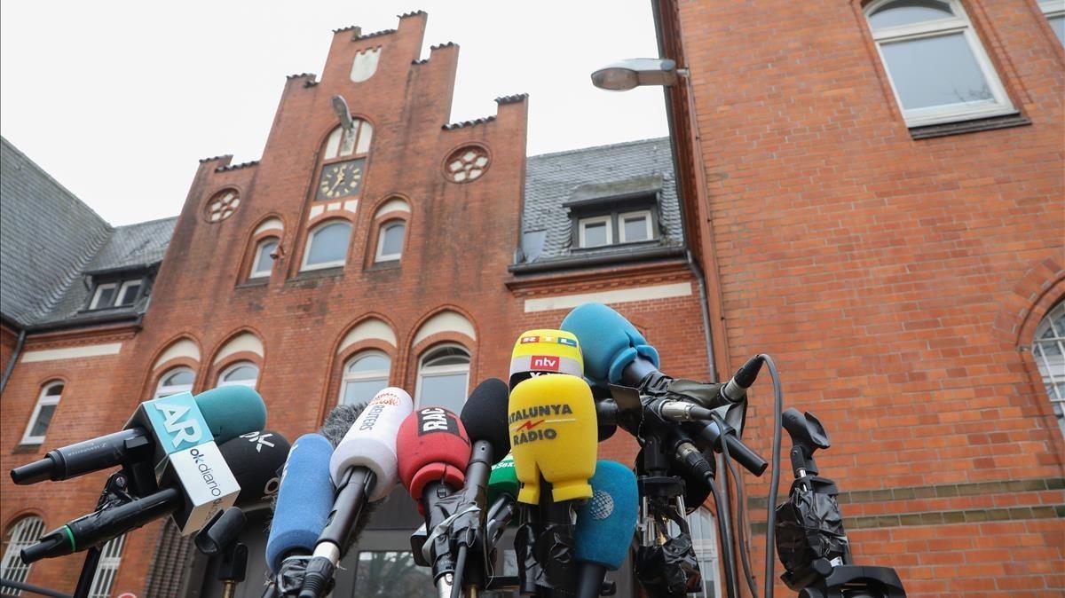Micrófonos de diferentes medios y agencias internacionales frente a la cárcel de Neumunster, Alemania.