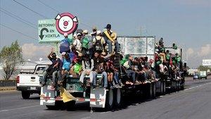 Miembros de la caravana, sobre un camión en Puebla.