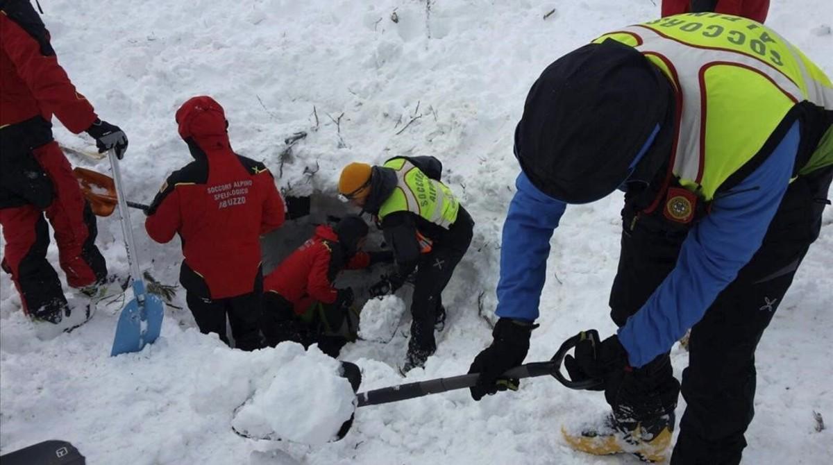 Miembros de los equipos de rescate intentan con palas sacar la nieve y entrar en el hotel Rigopiano, este jueves.