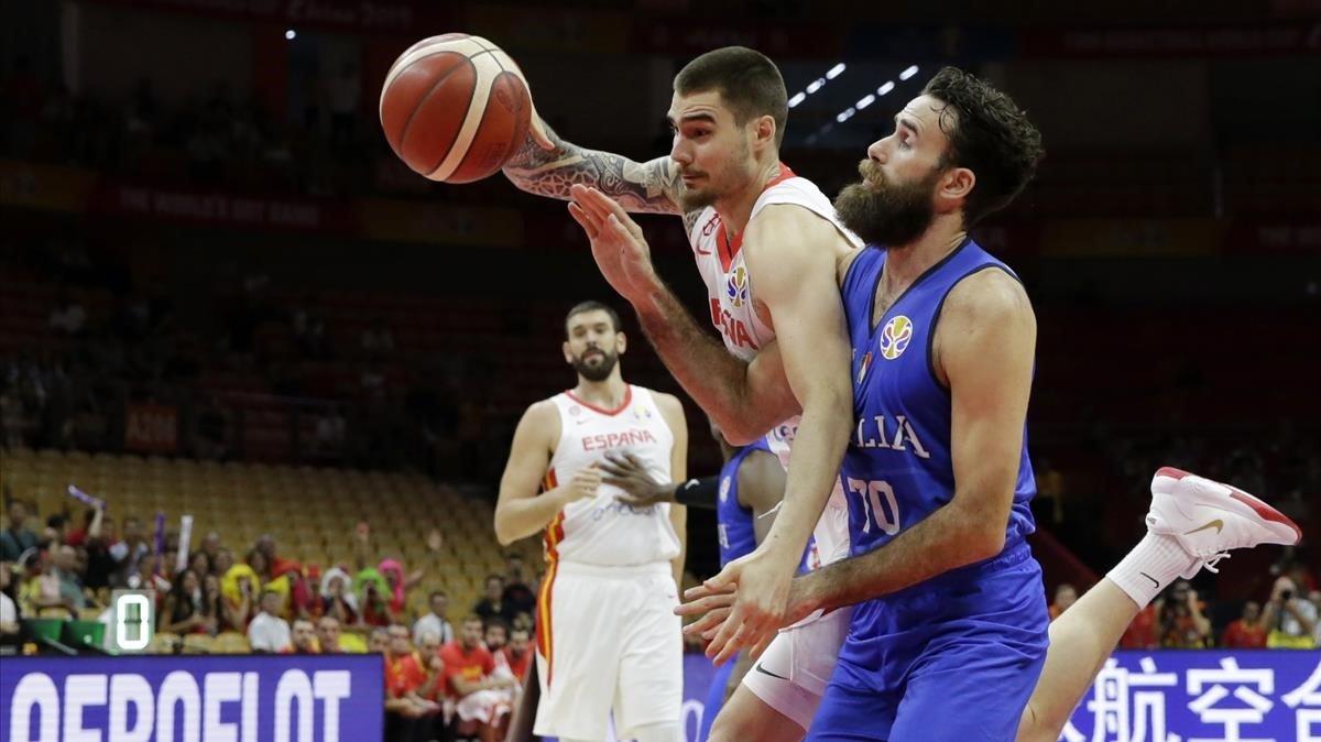 Juancho Hernangómez y Datome luchan por el balón, en el España-Italia