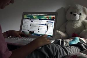 Un joven, navegando por internet.