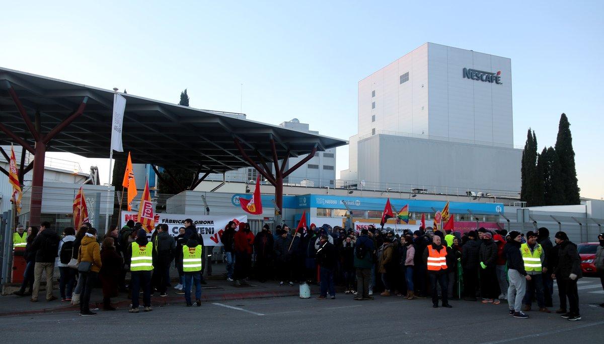 Trabajadores de Nestlé frente a la planta de la multinacional en Girona, que vive su primera huelga en 18 años.