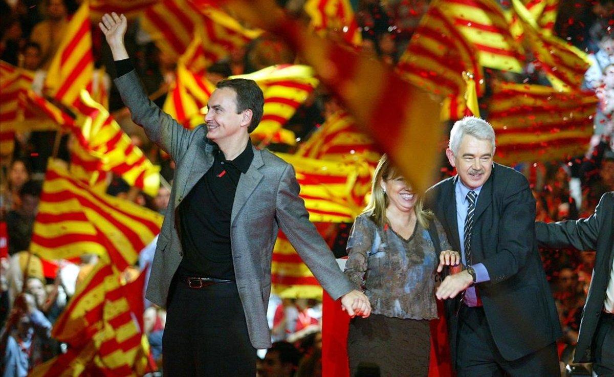 José Luis Rodríguez Zapatero, Manuela de Madre y Pasqual Maragall, el 13 de noviembre del 2003, en el mitin en queel líder del PSOE prometió apoyar el Estatut que saliera del Parlament.