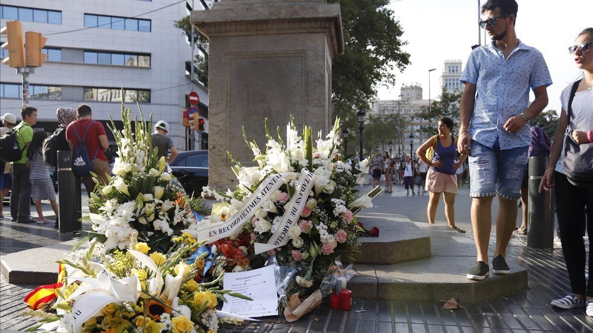 Ofrendas florales al inicio de la Rambla, en la vigilia del aniversario de los atentados del 17-A.