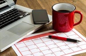 Ordenador portátil y calendario mensual.