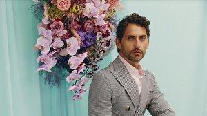 Paco León, en una imagen promocional de 'La casa de las flores'.