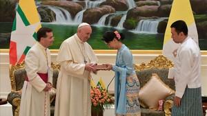 El papa Francisco con la dirigente birmana y Premio Nobel de la Paz,Aung San Suu Kyi.