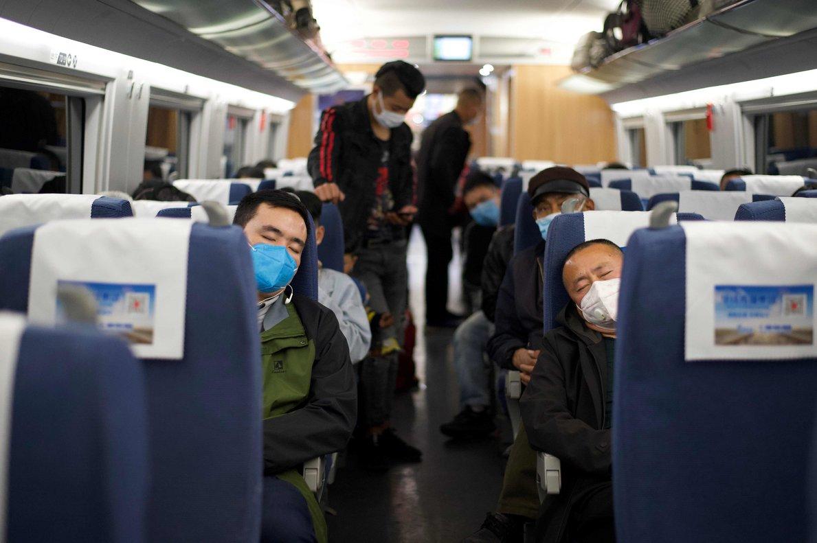 Pasajeros con mascarillas en un tren en Hubei, este miércoles.
