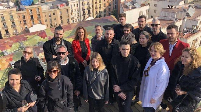 La directorageneral de Comerç, Muntsa Vilalta (de rojo), yla responsable de la 080, Marta Coca (de blanco), posan junto algunos de los diseñadores que participarán en la 23º edición de la pasarela.
