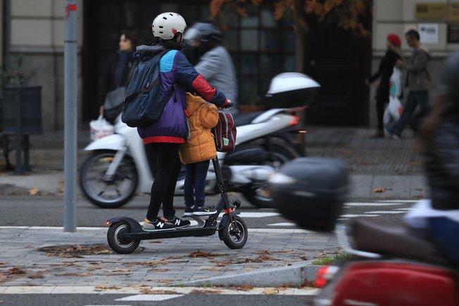 Un patinete eléctrico, en el centro de Barcelona.