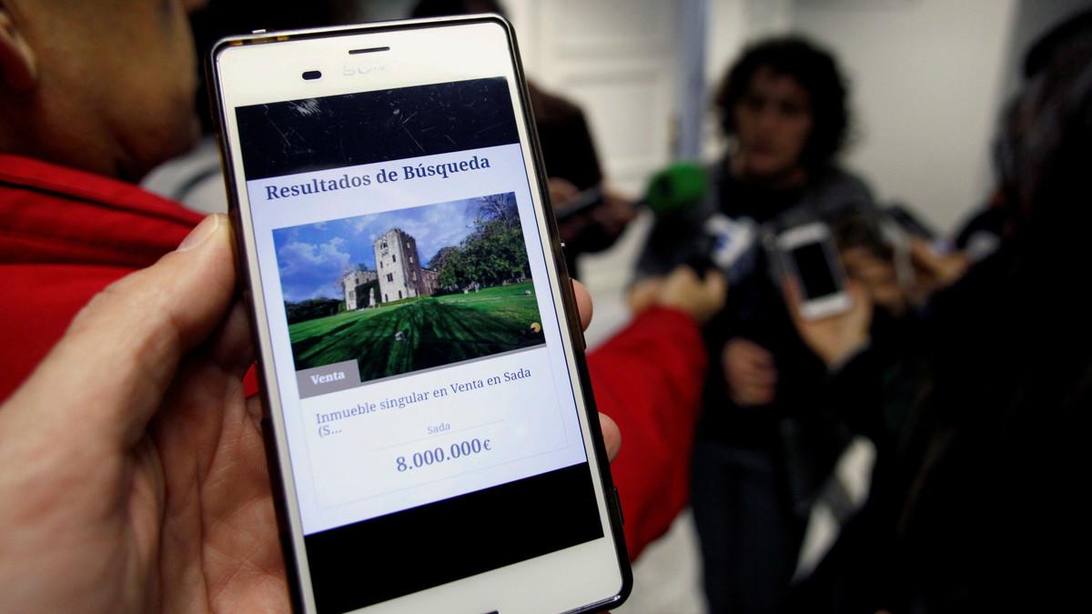 Un móvil muestra el anuncio de la venta del Pazo de Meirás por 8 millones de euros.